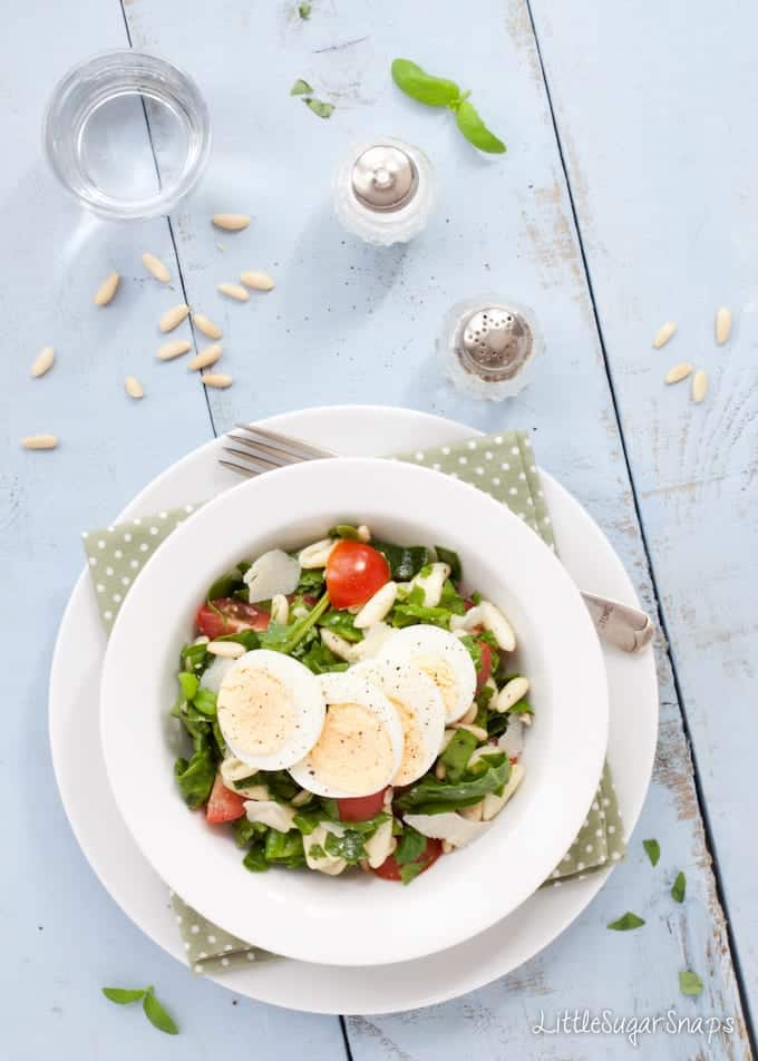 Pasta Salad with spinach, tomato and egg