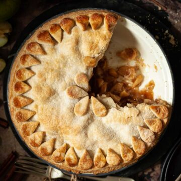 Featured image for vegan apple pie with cinnamon spice